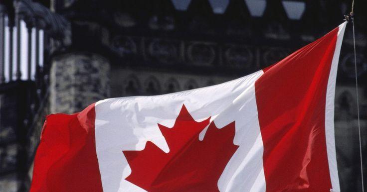 La importancia de la hoja de arce en la bandera de Canadá. La hoja de arce en la bandera nacional canadiense simboliza la tierra de la nación y el pueblo, de acuerdo con el sitio web Canadian Heritage. La incorporación de la hoja de arce en la bandera nacional de Canadá se remonta a 1965, aunque la hoja de arce fue utilizada en varios emblemas e insignias nacionales mucho antes.