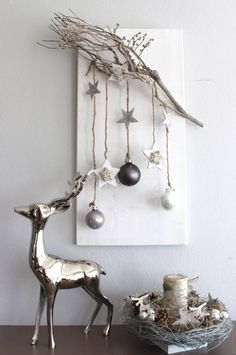 AW56 %u2013 Edle Weihnachtswanddeko! Holzbrett nat�rlich dekoriert mit einem Rebenast, Sternen aus Birke, Holzsternen, Kugeln und Engelshaar! Preis 34,90%u20AC