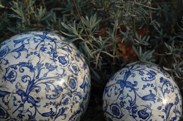 Antikolt kerámia díszgömb kék fehér virágmintával.