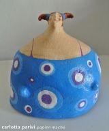 Donna blu a pois di Carlotta ParisiScultura in cartapesta