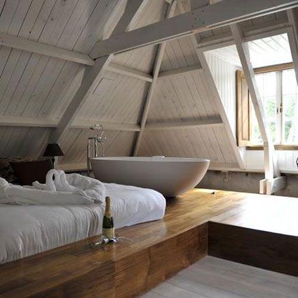 slaapkamer met bad op zolder; onder podium kun je nog lades maken voor beddengoed etc. Leidingen kunnen gewoon op de originele vloer lopen op deze manier.