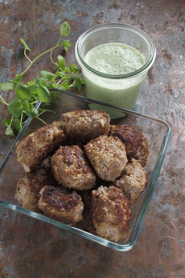 Nyd oksefrikadellerne med velsmagende urtecreme til aftensmad. Oksefrikadellerne er en del af Dukan kurens fase 2.