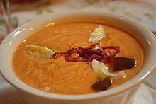 Salmorejo cordobés  Sopa fría y fácil de preparar que llena de sabor y frescor nuestras mesas.   INGREDIENTES:      · 1 Kg. de Tomates      · 200 grs. de Pan de Telera Cordobesa      · 100 grs. de Aceite de Oliva virgen extra      · 1 diente de Ajo de Montalbán      · 10 grs. de Sal  ELABORACIÓN:  · Limpiar y triturar los tomates, colar para quitar la piel y las pepitas.  · Volver a triturar añadiéndole el pan, el aceite, los ajos y la sal.  · Decorar con huevo duro picado y jamón serrano