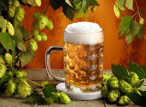 Пиво убирает пятна от кофе и чая Убрать пятна кофе или чая со своей одежды вы можете при помощи пива. Для удаления пятка налейте немного пива непосредственно на него, дайте впитаться, затем немного потрите пятно и промойте водой.