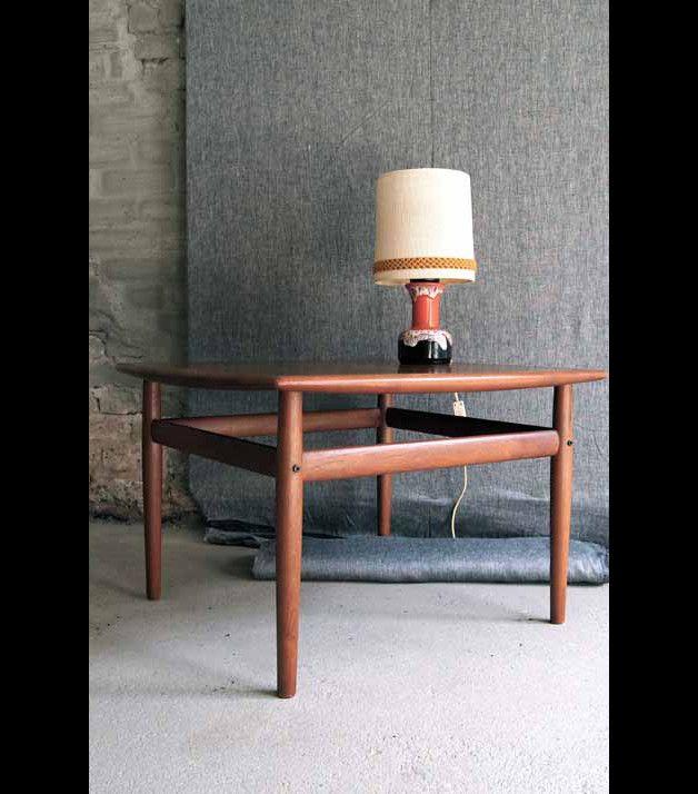 Dieser schöne Couchtisch aus Holz im Danish Design der 70er Jahre macht sich wunderbar in jedem Wohnzimmer. Die Maße: 46x67x67cm  Die Lampe ist **nicht** im Lieferumfang enthalten.