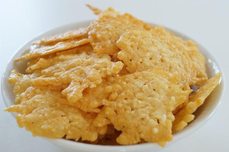 Lækre sprøde parmesanchips, der er nemme at lave og perfekte som drys i salaten - opskriften er ideel for dig som lever efter low carb/LCHF principperne