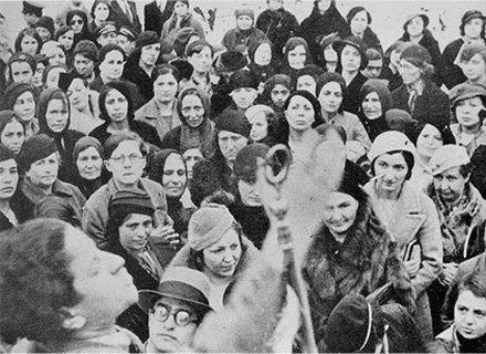 İlk kadın Danıştay Üyesi Şükran Esmerer, 1937 yılında Ankara Hukuk Fakültesi'nden mezun oldu. Maliye Bakanlığı Hazine Avukatlığı ve Müşavir Avukat unvanları ile görev yaptıktan sonra, 1956 yılında Danıştay Üyeliği'ne seçildi. O tarihe yön veren kadınlardan yalnızca birisi…