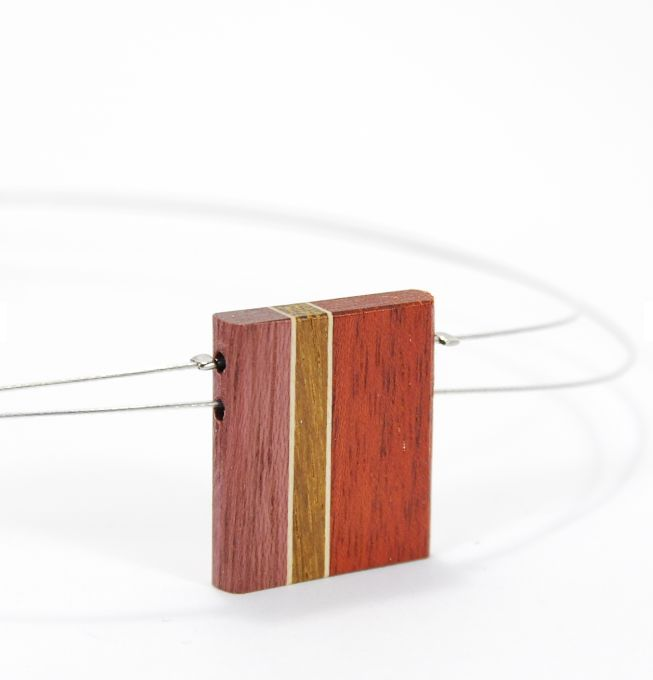 Collier en essence de bois    Isabelle Ferland, créatrice de bijoux en bois, marie harmonieusement différentes essences de bois précieux pour créer des pièces originales et uniques. Ses bijoux et accessoires pour cheveux allient élégance et design moderne.