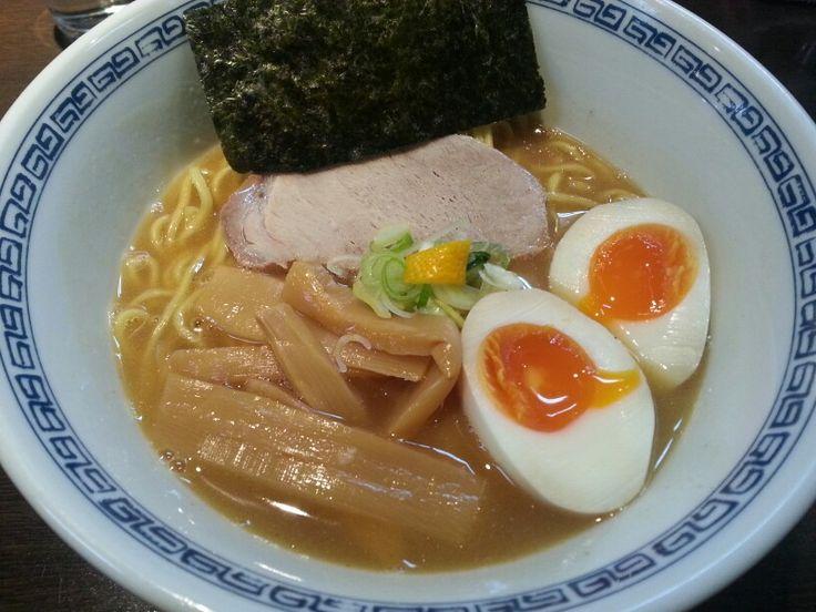 味玉中華そば☆ はやし@渋谷 MIX系でTRY大賞3年連続ベストテン入りのはやし。渋谷のNo1人気店ですが、未だに行列が絶えませんね♪若干流行りの煮干しの風味はつよいですが、それにも増して涼感を漂わせるのは、柚子の香りですね♪煮玉子、シナチク、海苔、チャーシューがバランスよく配置された一杯です。 #らーめん部 #らーめん #ラーメン倶楽部 #ラーメン #合わせ出汁