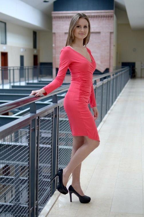 Sukienka z  długim rękawem i z kopertowym dekoltem. Posiada z boku ściągacze. Oryginalnie zapakowana z kompletem metek, wykonana z najlepszych materiałów. Modny design i niepowtarzalny wygląd, doskonała do licznych stylizacji na każdą okazję.