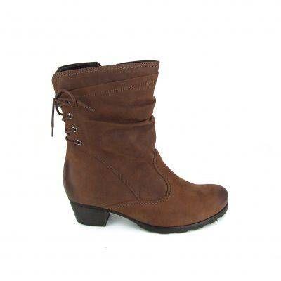 Halfhoge laarzen van het merk Gabor, model 76-604! Dez laarzen zijn uitgevoerd in bruin leder met opvallende stiksels. De schacht is geplooid en aan de achterkant van deze laarzen zit een mooie sierveter. Aan de binnenkant van de laarzen een lange rits. De hakhoogte is ong. 4 cm en de plateauzool is ong. 1 cm.