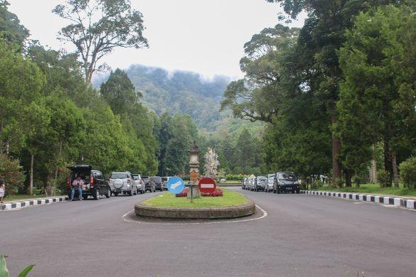 Ботанический сад на Бали — это тропический оазис. В парке, даже в самую изнуряющую жару прохладно и свежо. Он находится рядом с основной и практически единственной хорошей дорогой с южной на северную...