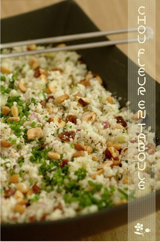 Coucous de chou-fleur, concombre, oignon rouge et fruits secs