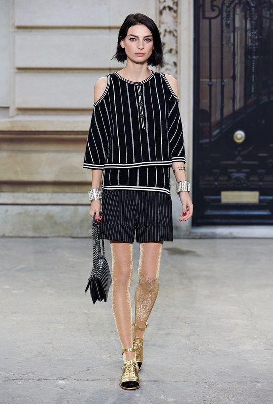 lässiges, weißes Kleid mit schwarzem Blazer