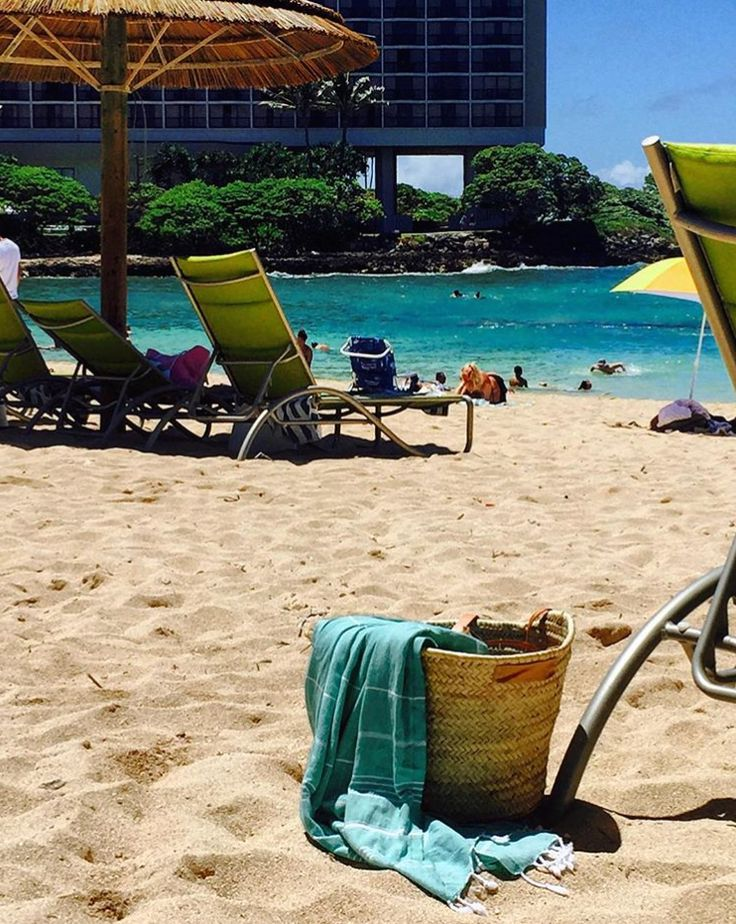 This looks like paradise! The Market Basket Co with her Knotty Original at Turtle Bay Resort, Hawaii 💕