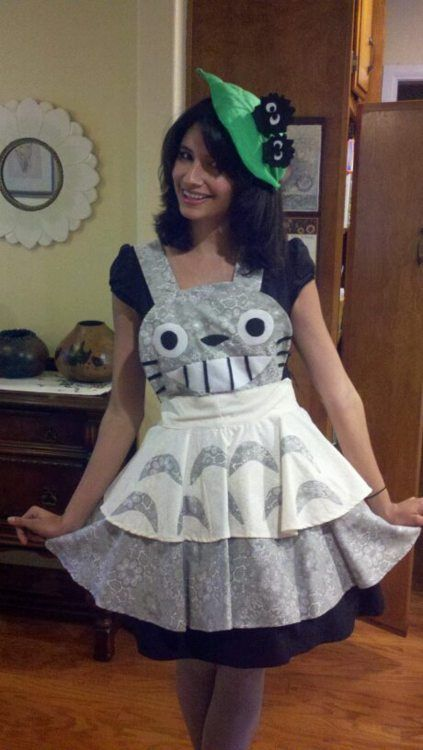 Totoro apron with a matching leaf fascinator.  Cute and clever!