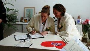Witte dames trouw smokings  gemaakt voor Margriet en Suzanne. Smoking jas, broek en knopen zijn afgewerkt met wit satijn