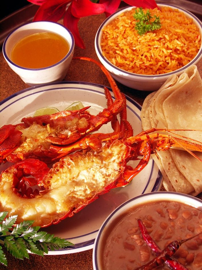 Langosta estilo Puerto Nuevo,acompañada de  arroz, frijoles y tortillas de harina recién hechas y de un gran tamaño. Rosarito - Baja California