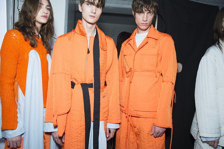 En backstage du défilé Craig Green homme printemps-été 2016 à Londres, mannequins, orange