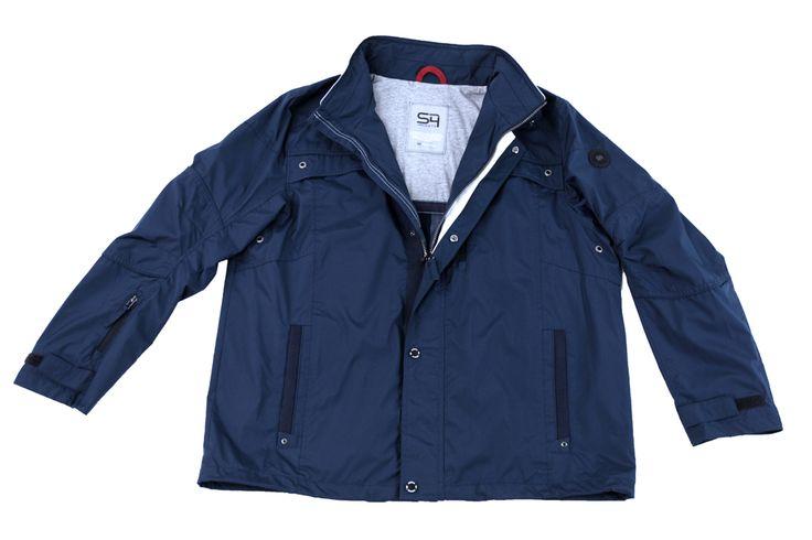Sportowa kurtka na wiosnę. Kolor granatowy, na kołnierzu białe pasy. Idealnie komponuje się z jeansami jak i innymi spodniami w odcieniach niebieskiego. Skład: 100% poliester