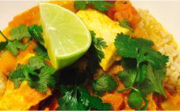 Snijd de kippenborsten in blokjes en bestrijk met de marinade. Zodra de tomaten geslonken zijn, voeg je de kip toe