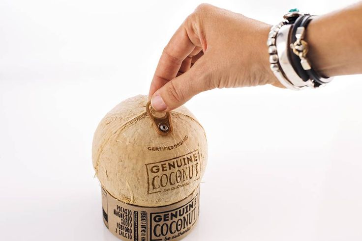 Este agua de coco puede tomarse en su envase natural con abrefácil.