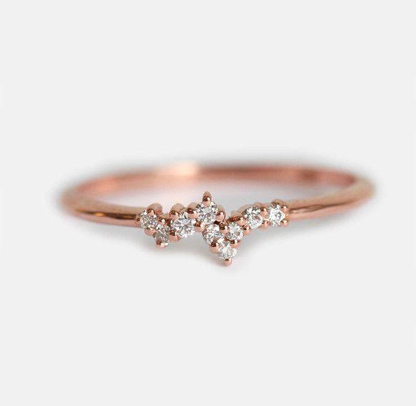 華奢でおしゃれなデザインが女性に大人気!軽やかで繊細とした雰囲気。さまざまなサイズのホワイトダイヤモンドを合わせ、ローズゴールドバンドにつけました。ダイヤモンドの代わりに、他の天然石を使用することが可能ですので、希望の方は、是非お問い合わせくださいませ。他のバージョンは下のリンクからご覧できます!https://www.creema.jp/exhibits/show/id/4542019自分用はもちろん、大切な人へお誕生日、記念日、ホワイトデー、母の日、卒業祝い、出産祝い、結婚祝いなどのプレゼントにぜひどうぞ!なお、ユニークな婚約指輪にしてもぴったりです。いかがでしょうか。【商品の詳細】<天然石>・ホワイトダイヤモンド・さまざまなサイズ(1.1〜1.5mm)・0.09全カラット・明度VS、色度G*ダイヤモンドは全て「Conflict Free」です*<マテリアル>・14k(14金)・バンドの幅:1.5mmゴールドの色は、イエロー、ホワイト、ピンク(写真)、3色からお選びいただけます。【注意点】※ご注文の際に、サイズを忘れ...