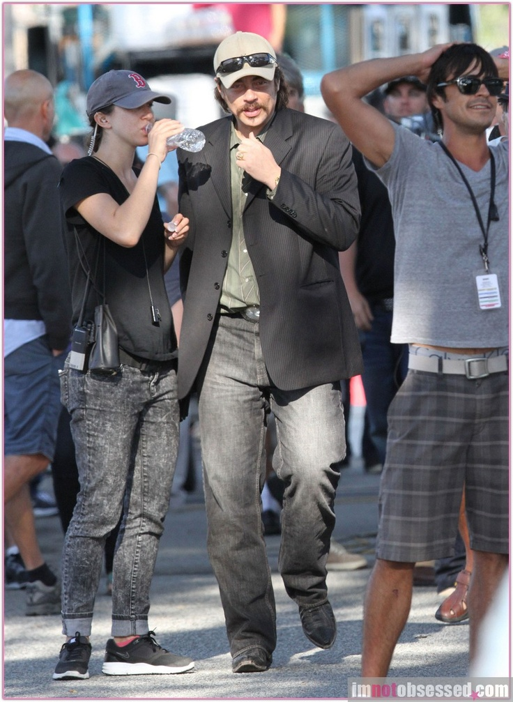 "Benicio Del Toro Wades Through the Crowds On the Set of ""Savages"""