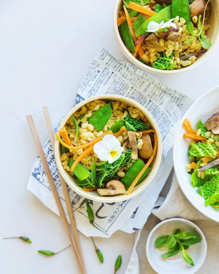 Simple et efficace : wok de blé aux légumes croquants. Et chez vous ça ressemble à quoi vos repas de soir de flemme ? (Quand comme moi vous habitez à la campagne et que vous n'avez pas droit au joker livraison à domicile !) #repasdeflemme #maisbonquandmême #foodstyling #dansmonassiette #f52grams