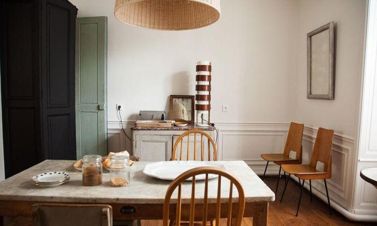 The Socialite Family | Scène de petit déjeuner dans la salle à manger d'Élodie et Julien Régnier. #family #famille #maisonjaune #stouen #paulbert #paris #reims #france #maison #house #diningroom #salleàmanger #table #breakfast #petitdéjeuner #chocolate #chocolat #wood #bois #assises #chairs #chaises #vintage #inspiration #déco #design #idea #idées #home #thesocialitefamily