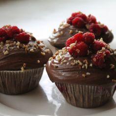 Vadelma-suklaamuffinit kaunistavat kahvipöytää. Käyttäjältä emmazki.