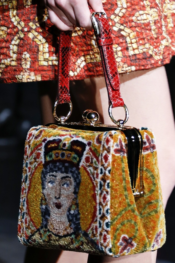 sfilata dolce gabbana autunno inverno 2013 2014 mosaico barocco croci corone milano fashion week  borsa      #dolceegabbana #mfw #fashionweek #runwayshow #red #lace #bag    www.ireneccloset.com
