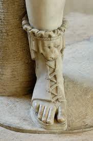 Los zapateros eran especialistas creaban una amplia variedad de calzado que les encargaban, sandalias, botas con cordones, zapatos blandos y comodos, zapatos con tiras en los tobillos y otros con la punta levantada, de cuero azul, negro o rojo.