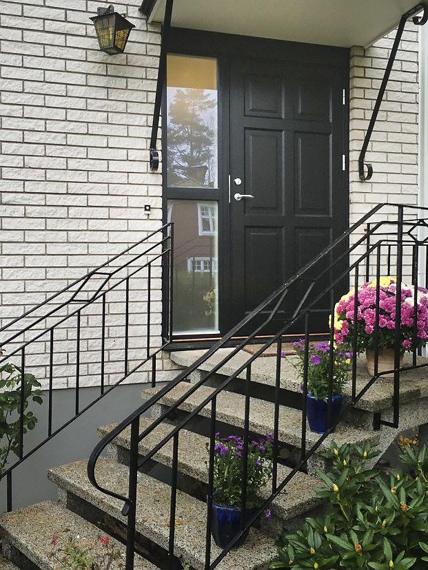 Svart klassisk dörr i brittisk design, Ekstrands modell Ascot 300. #Klassiskdörr #Klassisk #ytterdörr #ytterdörrar #Ascot #Villa #Inspiration #Dörr #Dörrar #Entré #Entre #Ekstrands