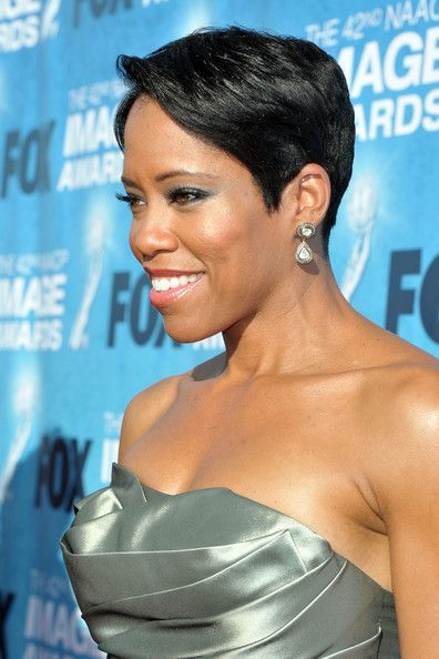 The most beautiful red carpet looks     Picture    Description  Regina King paired diamond drop dangle earrings with her shimmery dress for a totally glam finish.     https://looks.tn/celebrity/red-carpet/red-carpet-looks-regina-king-paired-diamond-drop-dangle-earrings-with-her-shimmery-dress-for-a-to/