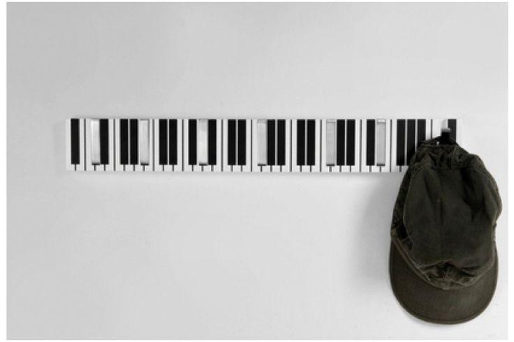 Muzikale wandkapstok.  Ebony and Ivory.    Hiervoor heeft u geen conservatorium gestuurd te hebben.  Maar iedere muziek liefhebber, muzikant, toetsenist of keyboard speler zal deze kapstok graag willen hebben.  Is het voor thuis in de hal of in de muziekstudio. Deze piano wandkapstok geeft ruimte voor 7 jassen, petten of tassen.