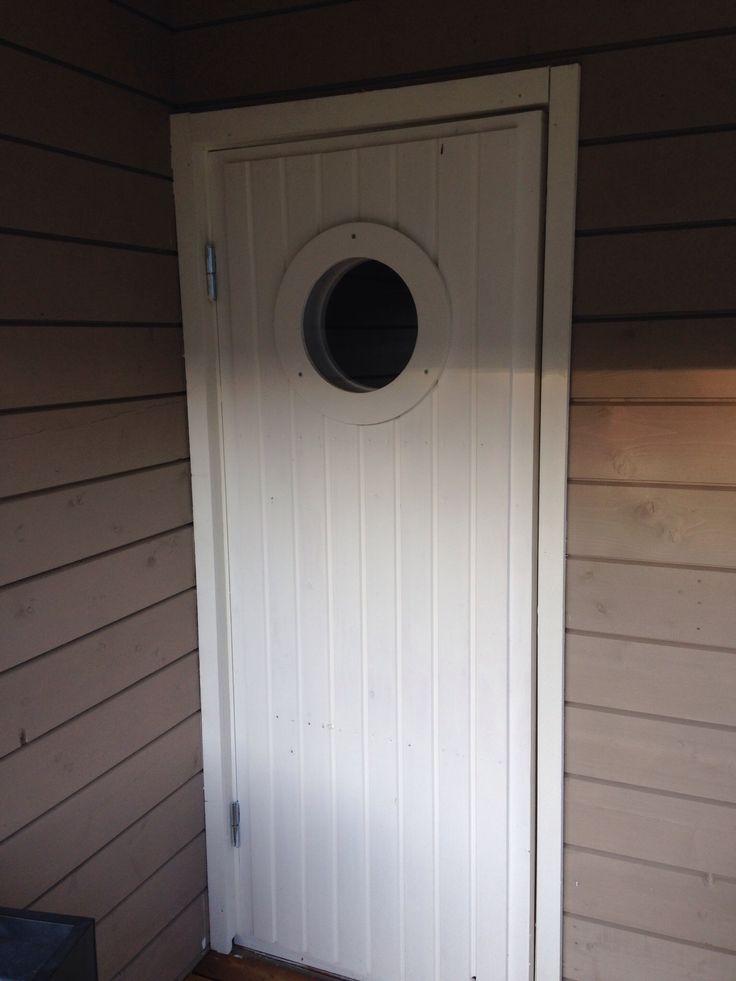 Puutarhavajan ovi ja pyöreä ikkuna. A circle rounded window in a garden house.