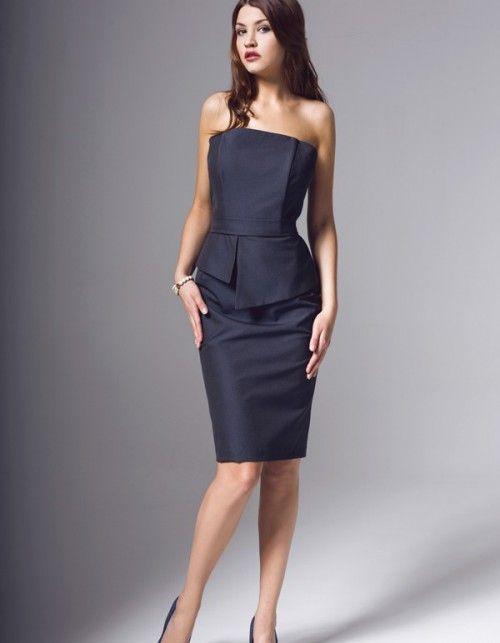 Sukienka gorsetowa uszyta z elastycznej włoskiej tafty w kolorze ciemno granatowym. Na podszewce, góra na fiszbinach, asymetryczna baskinka z przodu, metalowy długi zamek z tyłu. Długość od talii 60cm. Czyszczenie chemiczne. Modelka ma 175 cm wzrostu i prezentuje rozmiar 36