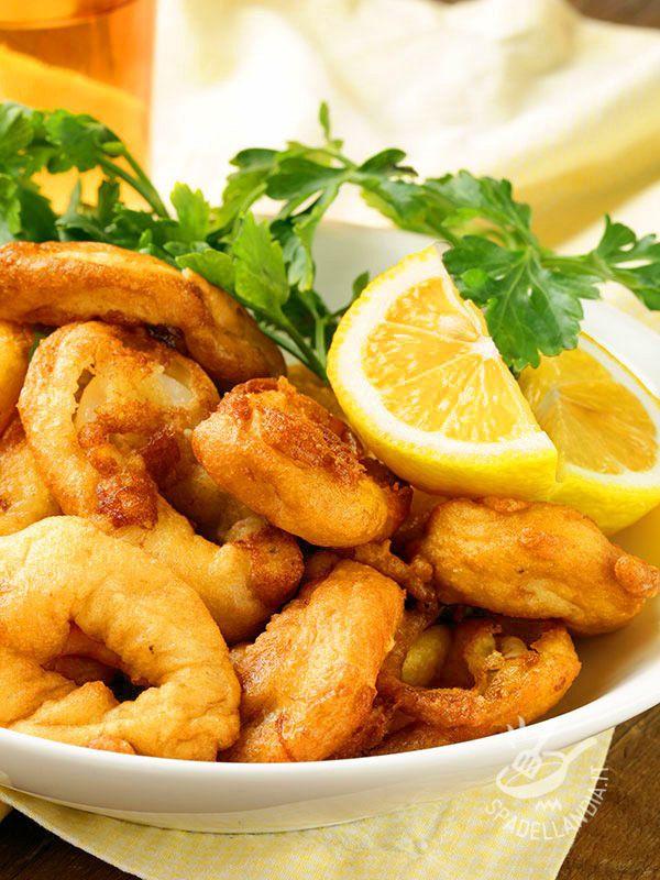 Impossibile resistere agli Anelli di calamari fritti con pastella alla birra: un mix di gusto allo stato puro, croccantezza e sapore di mare! Provateli!