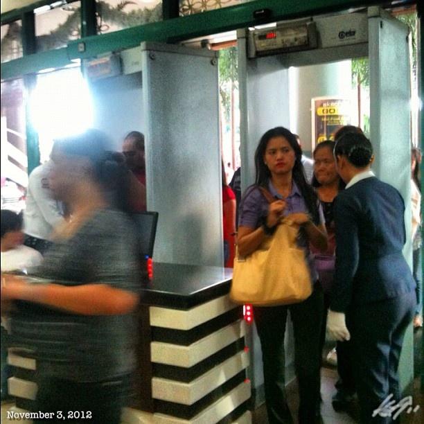 #フィリピン の#ショッピングモール は入る前に#金属探知機 とカバンチェックがある。#security check at #shoppingmall #philippines