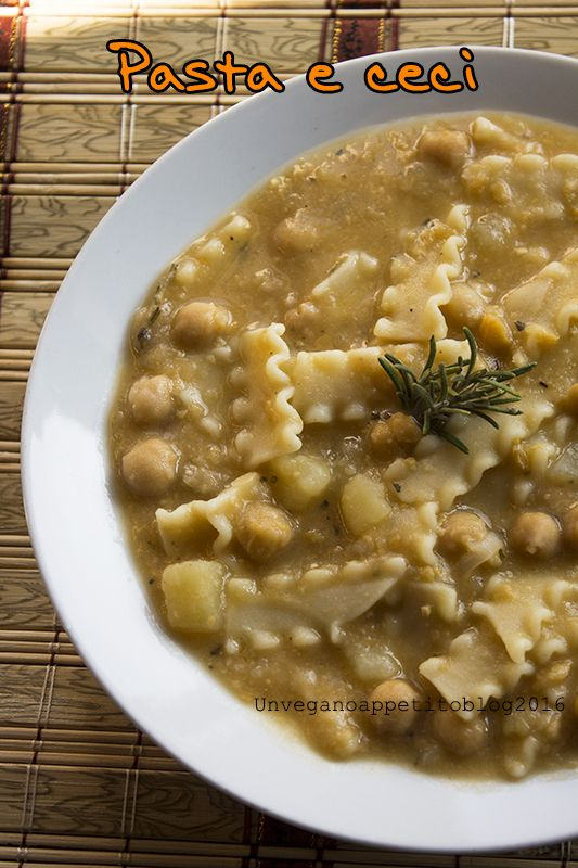 Pasta, ceci e patate, un piatto decisamente confortante, a metà fra una pasta e una zuppa.  Buona serata e buon fine settimana!!!    Ing...