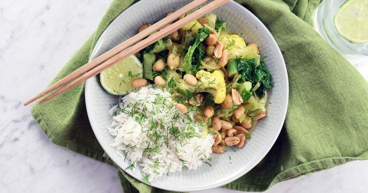 Currydoftande vardagsgryta med blomkål, grönkål, spetskål och kikärter. Smakar lika gott i matlådan dagen efter.Väldigt enkel, billig och snabb - jag tycker det här är den perfekta vardagsmaten!
