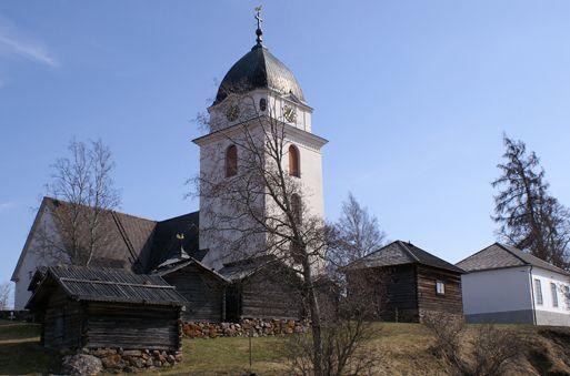 Rättviks kyrka med kyrkstallarna framför.