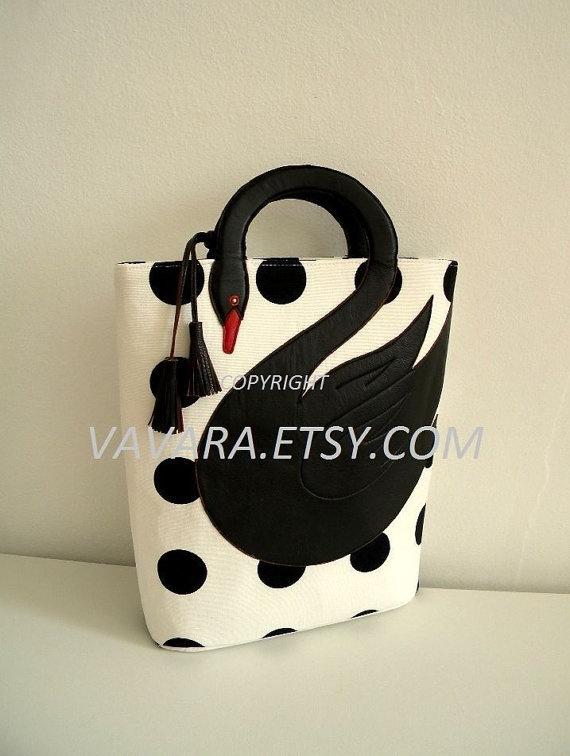 Hermosa bolsa de cisne negro con lunares blancos