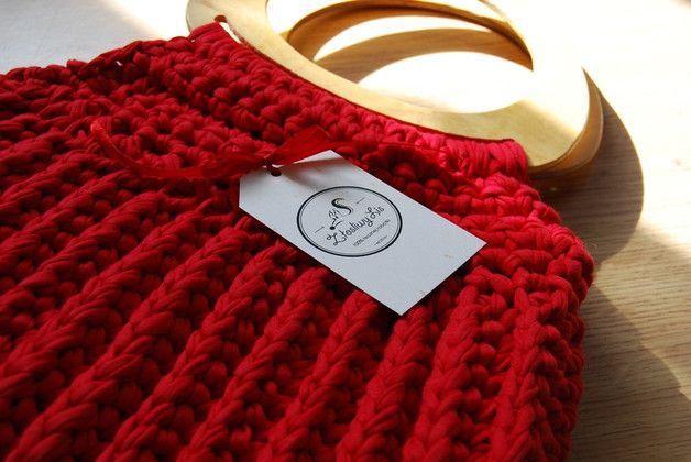 Torebka wykonana z ekologicznej włóczki Zpagetti Hoooked w pięknym czerwonym kolorze, rączki drewniane. Wymiary około 38 na 29 cm. ABSOLUTNY MUST-HAVE TEGO SEZONU!