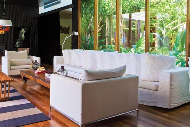 Ocho estilos para un sofá blanco  Los sofás blancos son una base perfecta para jugar cono colores y estilos, y nos permiten cambiar la onda del living sumando unos pocos accesorios.  /Archivo LIVING