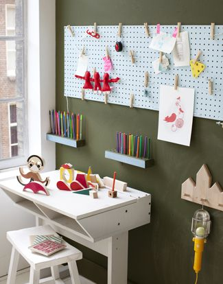 kinderkamer: Kids Desks, Art Spaces, For Kids, Pin Boards, Kids Spaces, Peg Boards, Art Display, Kids Art, Kids Rooms