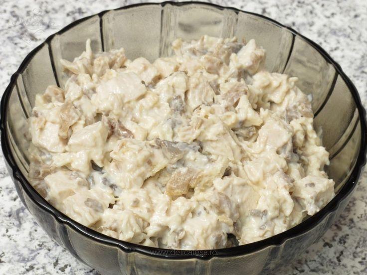 Csirkés gombasaláta tejfölös öntettel, fincsi és egyszerű étel! Alig van vele munka!