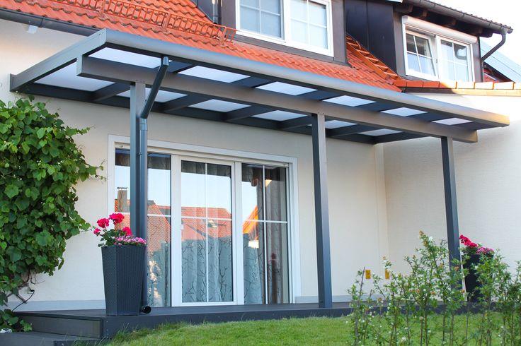 Ein besonders schönesTerrassendachder Marke REXOclassic aus Buchloe. Die Farbe der Unterkonstruktion aus Aluminium harmoniert bestens mit dem Bodenbelag der Terrasse. Das Dach ist mit einer passenden XL-Regenrinne augestattet. Die Befestigung der Regenrinne ist unterhalb des Daches versteckt. Die Pfosten sind beidseitig eingerückt. Als Dacheindeckung kommen attraktive 16mmStegplattenin opal der Marke REXOclear zum Einsatz. #Terrassendach #Terrassenüberdachung #Stegplatten #Rexin