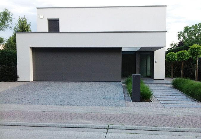 Give a good idea of what facade would look like with dark garage door - MODERN_BMODERNE TUINEN VAN FREDERIEK SNAET